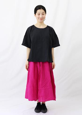 鮮やかなピンクが印象的な、コットンとリネンのふんわりとしたボリューム感がある大人かわいいロングスカートです。ジーンズやタイツなど重ね着としてもコーディネートしやすいので、オールシーズン楽しめるのもポイントが高いアイテムです。