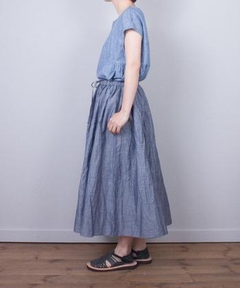 コットンリネンの生地をたっぷりつかった、とっても贅沢なギャザーロングスカート。同素材のブラウスを合わせれば、眩しい初夏でも涼やかに見えますね。