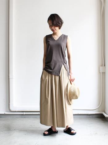 上品素材のロングスカートには、カッティングが美しいノースリーブを合わせて、よりスタイルよく見せる同系色でまとめた、大人なコーディネートです。