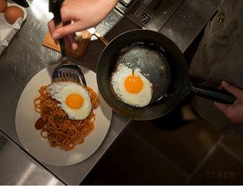 鉄で作られている鍋やフライパンを使い始める前の油ならしの方法をご紹介します。 1、水で良く洗ってから、水分をきれいにふき取ります。 2、サラダ油を薄くひいて屑野菜(ネギなどのいらない部分)を炒めます。  このひと手間で鉄の調理道具の油馴染みが良くなり、また鉄製品の金属のニオイが気にならなくなります。  普段のお手入れは、お湯+たわしで洗い流すようにしましょう。においや汚れが残ってしまった場合のみ洗剤を使って洗えばOKです。