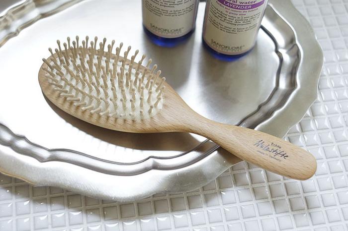 上質なブラシを使うと、髪のツヤや張りが違うと聞いたことがありませんか?こちらのブラシは天然素材を使い、熟練の職人さんがハンドメイドで仕上げています。  メイプルウッドのピンをが頭皮を適度にやさしく刺激してくれるので、ブラッシングのたびに血行促進する効果が期待できます。毎日のブラッシングが気持ちよい、と感じられる1本は大切にしたいグッズです。