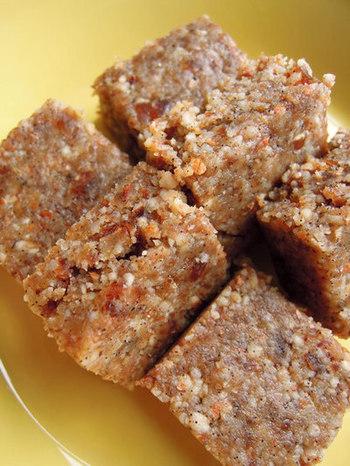 バニラをぜいたくに使った「塩バニラナッツバー」です。生のくるみやマカダミアナッツを使うことで食感も楽しめますね。