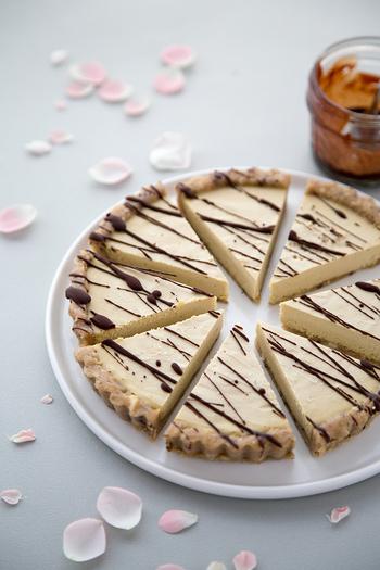 生のカシューナッツを使ったこってりとしたタルトです。トッピングのチョコレートももちろんローチョコレートを使用しています。
