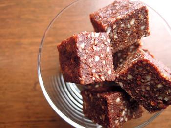 ブラウニーは小麦粉を使って火を通すスイーツですが、こちらはブラウニー風のロースイーツになります。ローカカオと生のナッツ、さらにドライフルーツを使っているのでしっかりと甘さが楽しめるレシピです。
