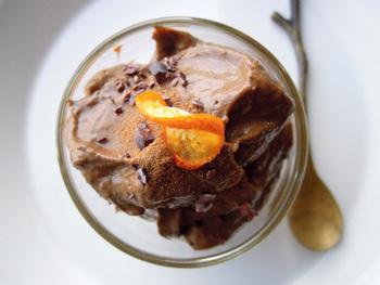 アボガドとバナナ、ローカカオパウダーをミキサーで合わせたチョコレートクリームです。パフェに合わせるのがおすすめですよ!