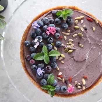 こちらは型に流し込んで簡単に作れるブルーベリーチーズケーキです。ブルーベリーとエディブルフラワーの色合いがとてもきれいですね!