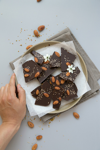 ローカカオパウダーとアーモンドで、チョコレートもヘルシーに作ってみましょう!アーモンドの代わりにドライフルーツを使うのもおすすめです。