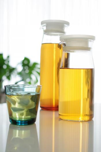 耐熱ガラスピッチャーはお値段もお手頃で、温かい飲み物も冷たい飲み物もいれられるので一年中、重宝するアイテムです。冷蔵庫にもぴったりとおさまるスリムなフォルムで持ちやすく、愛好者も多いんですよ。