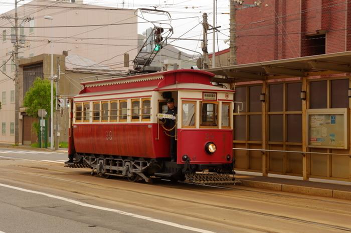 大正7年から昭和11年まで、実際に客車として運行していた箱館ハイカラ號も、函館の街並にしっくりと馴染むレトロなスタイルです。除雪用のササラ電車を使用し、当時の姿を復元して造られています。 実際に乗ることもできて運賃の支払いも当時を再現しているので、タイムスリップしたような気分を味わえますよ。
