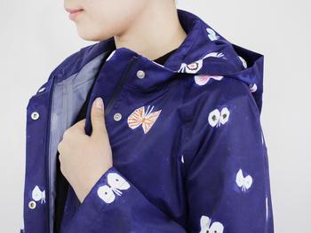 ミナペルホネンのレインコート。こちらは「hana hane(ハナハネ)」という蝶を花に見立てたテキスタイル。様々な色・模様の蝶が飛んでいて、楽しいデザインになっています。