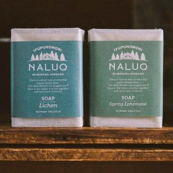 ■ソープ ライケン/NALUQ (ナルーク) 「北海道モミ」と名づけられた、トドマツやシラカバ、エゾヨモギをブレンドしたエッセンシャルオイルを使用。体だけでなく髪や顔などにも使えます。清涼な森の香りも◎。