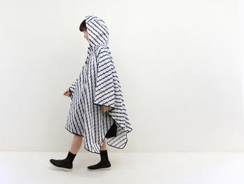 レイングッズを中心にデザイン性が高い商品を生み出す「Danke」のレインケープ。ひらひらとしたシルエットで、歩いているだけで楽しい気分になりそうですね。
