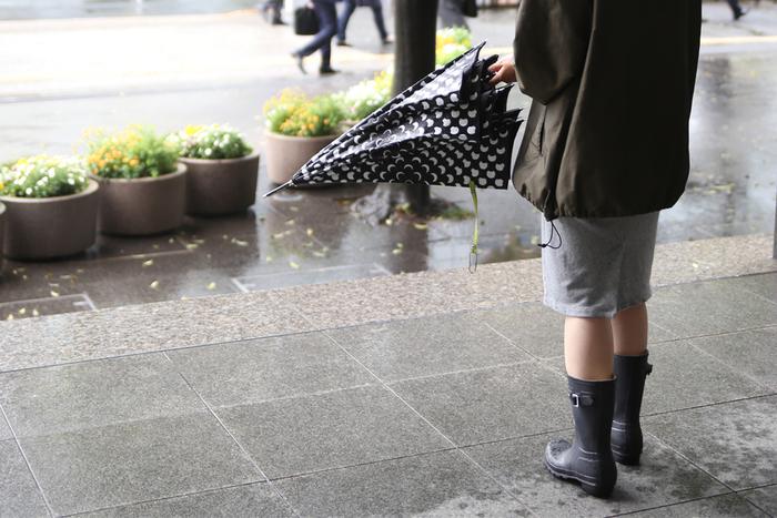 デザインがかわいくて機能性も高いレイングッズを使えば、足や荷物が濡れて不快な気分になることもなく、快適に過ごせます。かわいいレイングッズを雨の日のお供にして、空は暗くても気分は明るく過ごしてくださいね。