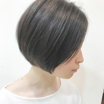 サイドに綺麗に流したワンレンショートは、きちんと感を演出できます。このヘアスタイルは髪のツヤもポイントになってくるので、髪のケアも念入りに。