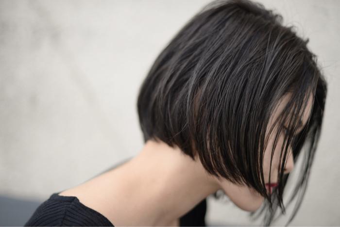去年から人気継続中の切りっぱなしボブ。直線的なラインが特長で、カットでシルエットを綺麗に仕上げているのでスタイリングが簡単なのも◎切りっぱなしにした毛先が首回りを強調してくれるため、女性らしさがぐっと引き立ちます。