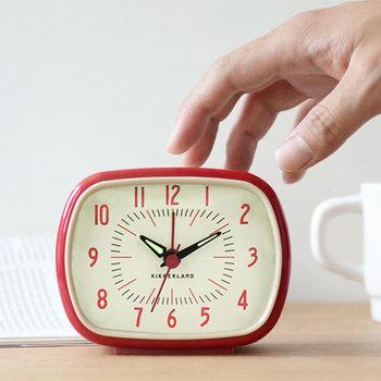 レトロなデザインが印象的な置き時計。プラスチックのボディにアイボリーの文字盤が懐かしい雰囲気を醸し出します。 アラーム機能がついているので、ベッドの脇に置いて気持ちよく目覚めましょう。