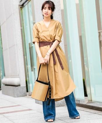 流行のウエストマークシャツワンピース。「ガーリーすぎるのはちょっと・・・」という方にはデニムと合わせてカジュアルダウンがおすすめですよ♪茶色とブルーのコントラストが綺麗。