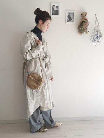 薄手のシャツワンピースは季節の変わり目の羽織りものとして活躍します。黒のタートルをノースリーブや半袖にして中のコーデを調整して。ゆるめにウエストマークしたシャツワンピースが華を添えます。