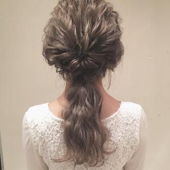 髪全体をウェーブ巻きにしたらトップの髪をくるりんぱします。 襟足の髪とくるりんぱしたトップの髪の低めの位置で結めば上品なローポニーの完成♪ トップの髪は少し引き出してあげるとこなれ感が出てます◎