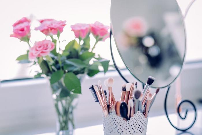 朝出かける前に、鏡を見ながら笑顔の練習をしてみましょう。また、この時自分に向かってポジティブな言葉を投げかけるのも効果的です。毎朝自信を持って出かけられたら素敵ですよね*