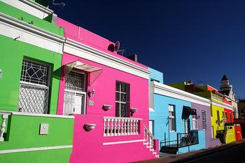ケープタウンにある「ボカープ」は、はじけるようなビビットカラーが特徴的。まるで絵の具で塗ったかのよう。一軒、一軒、色が異なり、その配色は見事です。  街中を歩いているだけで、心がウキウキと明るく元気になるようです。
