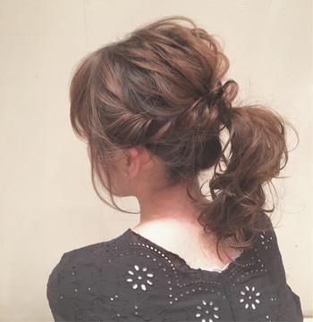"""両サイドの髪を残してひとつ結びに。 残りの髪をねじりならがポニーテールの結び目にくるっと巻き付けるだけ♪ 顔周りの髪は少し残して巻いておくと""""抜け感""""が出て小顔効果も抜群です◎"""