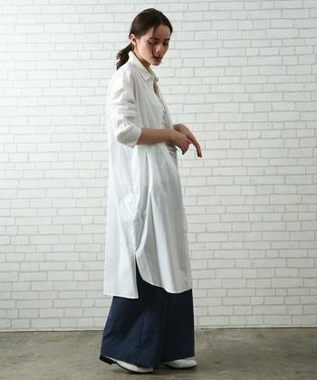 コットン100%の気持ちよさそうなシャツワンピース。透け感があるのは涼し気ですが、一枚で着るのはちょっと難しいので、ワイドパンツやロングスカートと合わせて楽しみましょう。