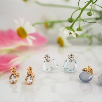 ダイヤモンドをあしらった葉っぱのモチーフと天然石の組み合わせが、透明感があってとてもきれいなイヤリングです。春夏にぴったりの爽やかさですね。