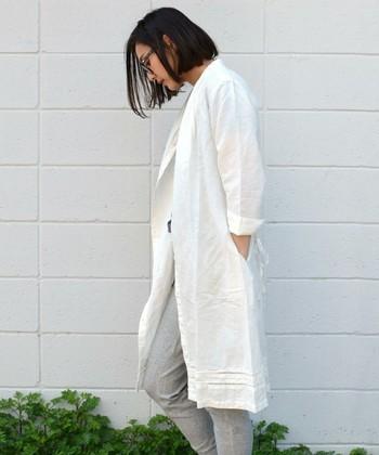 コットンリネン素材のシャツワンピース。ジャケット風に着こなして、ホワイト×グレーがとってもオシャレです。コットンリネンの質感的にも気取りすぎないスタイリングが◎