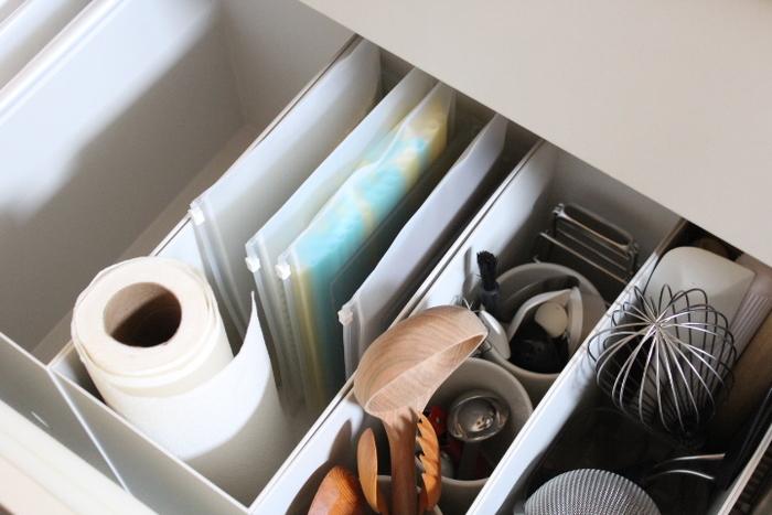 EVAケースはキッチンでも整理整頓に活用できます。ストローや割りばし、ペーパーバッグなどを入れて保管しているそうです。色ごとやアイテムごとなど、いろいろな分類の仕方ができそうですね。