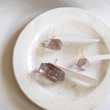 こちらはシルバールチルクオーツのピアスです。大きさも、天然石の模様も、もちろんひとつひとつが異なります。存在感のある耳元を演出してくれますね。