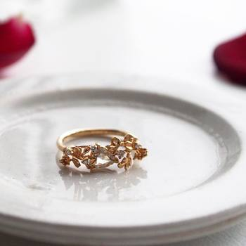 PLANT / PLANTならではの、こまやかな葉っぱのモチーフのリングです。18金イエローゴールドに、0.45ctのローズカットダイヤモンドが施されています。