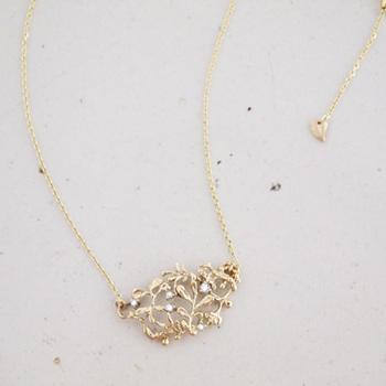 10金イエローゴールドの木の葉モチーフの中に、5粒のダイヤモンドが散りばめられています。胸元でさりげなくキラキラと輝く素敵なネックレスです。