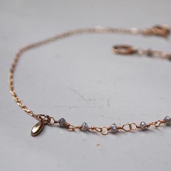 10金イエローゴールドに、ラフカットされたダイヤモンド・ビーズが施されたブレスレットです。繊細なつくりなので、手元を華奢に女性らしく見せてくれますね。