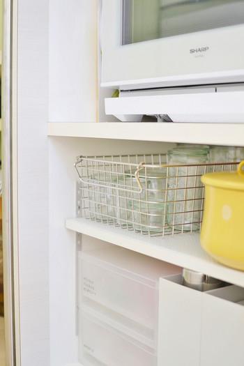 ワイヤーバスケットは中が見える上、汚れたら丸洗いできるのでキッチンでは使いやすいアイテムです。ウェックのガラス瓶を入れて見せる収納に。