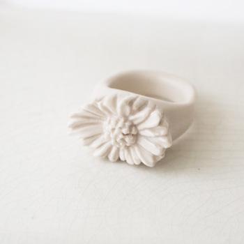 こちらもPLANT / PLANTの人気シリーズのひとつ、白磁のジュエリーです。デイジーの花びらが繊細で思わず見入ってしまいますね。白磁をここまで繊細に加工するのには、細かい手仕事の積み重ねと熟練の作業の集大成があってこそ。