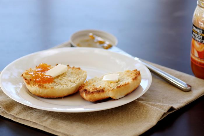 イングリッシュマフィンにたっぷりつけて朝食に。野菜ジャムなら朝から手軽においしく、栄養がとれます!