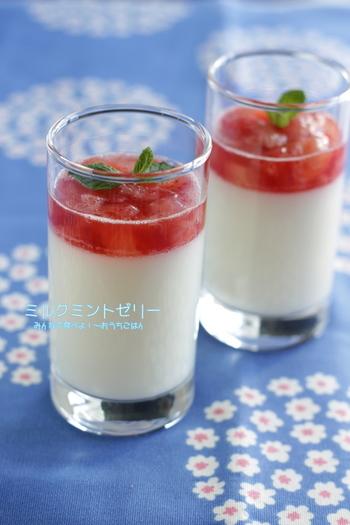 練乳入りの風味豊かなミルクプリンに甘酸っぱいジャムをのせて。ゼラチン少な目のゆるゆるプリンにとろとろジャムが、口の中でとろけます♪