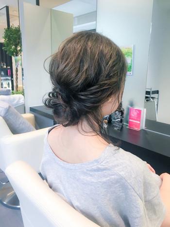 両サイドの髪を後ろでくるりんぱしたら、後れ毛を残して襟足をくるくるっと簡単なお団子にすれば出来上がり。 低めの位置で片側に寄せると、より大人っぽい雰囲気に。