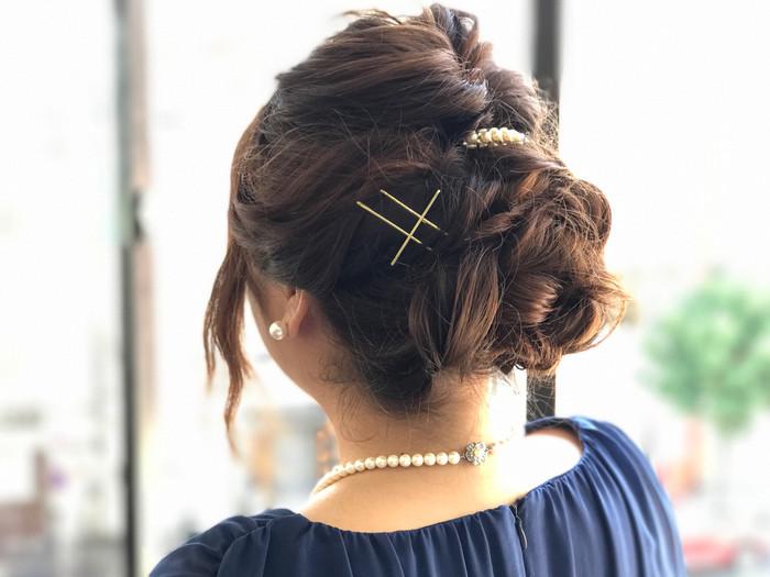 トップの髪をくるりんぱしたら、両サイドの髪をねじりながら先ほどの部分にピンで固定します。 襟足の髪もねじりながら同じ箇所でピンで留めて、全体をほぐしてあげれば完成! くるりんぱの部分にバレッタを付けると寄り華やかに仕上がります♪