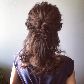 両サイドの髪を残してハーフアップにしてくるりんぱします。 残りの髪をねじりながらくるりんぱした場所でピンで固定させます。 先ほどの毛先を少しとり髪でリボン結びを作れば、アクセサリー要らずの大人可愛いパーティーヘアアレンジに♪