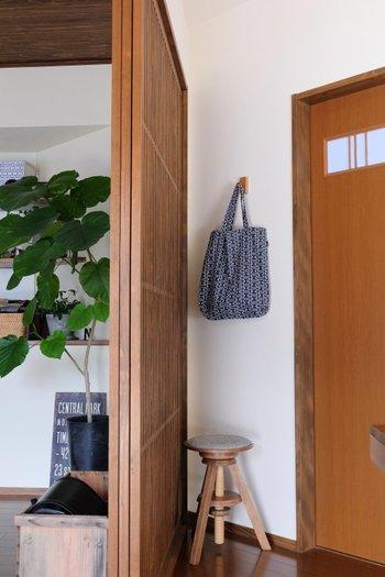 壁に付けられるフックを使えば、狭い場所を有効活用できます。ぽんと置いてしまいがちな日常使いのトートバッグにも定位置を作ってあげれば、お部屋がいつも片付いて見えますね。
