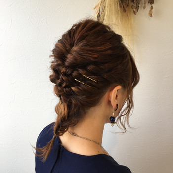 両サイドの髪を残してトップの髪をくるりんぱし、残りの髪を編み込みにしてクロスさせてピンで固定します。 最後に襟足の髪を編み込めば出来上がり♪ 顔周りの髪は少し残してくるんとカールさせてあげると◎