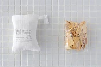 チップ状のヒバが入ったサシェは車やお手洗いなどに。より薄く削り出したヒバか入ったサシェはクローゼットなどに。どちらも香りが薄くなったら、別売りのヒバ精油を垂らせば香りが復活します。