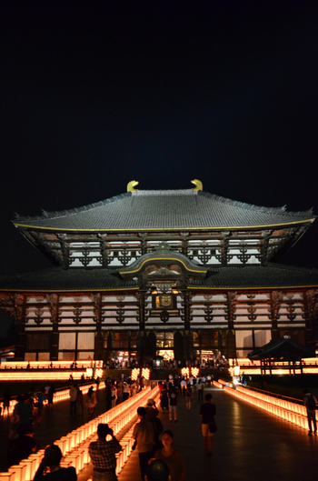 東大寺大仏殿では、盂蘭盆(うらぼん)の最終日である8月15日の夜、約2500基の灯籠に火を灯す万灯供養会が開かれます。大仏殿正面の観相窓(かんそうまど)も開くので、大仏様のお顔を参道から拝むことができますよ。