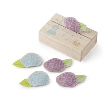 この時期ならではの紫陽花モチーフの麻生地に香りを閉じ込めた「絵型香」。ほのかに香る優しい香りがポイントです。  ハンカチに包んで香りを移したり、お手紙と同封して香りも一緒にお届けするのも粋ですね。