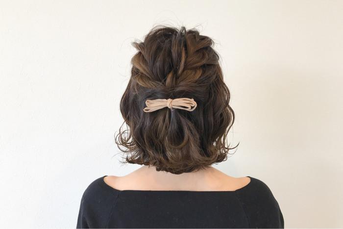 コテで髪全体を巻いたら、耳上両サイドの髪を編み込んで後ろで留めるだけ。 毛先を外ハネにすると大人可愛い仕上がりになりますよ♪