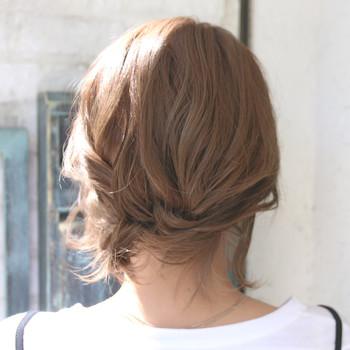 毛先をねじって内側に入れ込みピンで留めたアップ風アレンジ♪ 髪が短くきれいにアップできなくても、後れ毛を少し巻いてあげると◎。