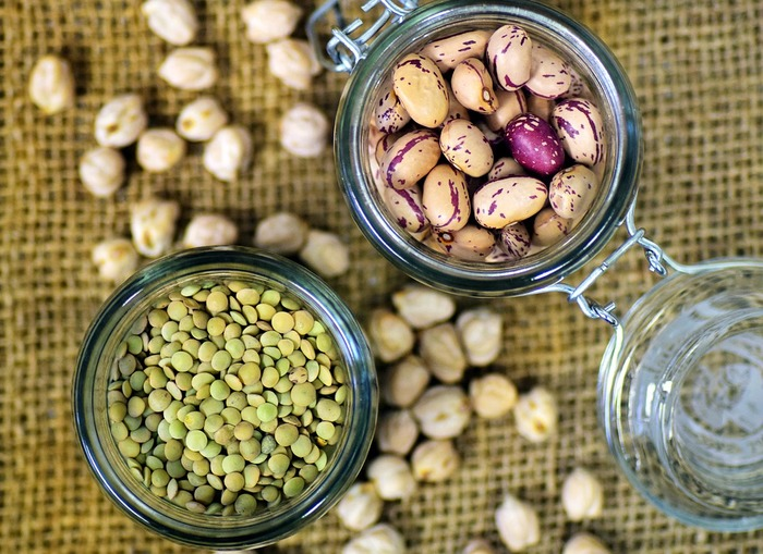 レンズのように丸くて薄い形をした「レンズ豆」(写真左下)。日本ではあまりなじみのない豆かもしれませんが、最近ではスーパーでも買えるように。レンズ豆には代謝に関わる必須ミネラルの「モリブデン」や「セレン」が含まれています。
