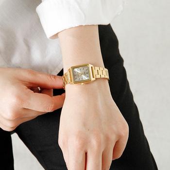 ゴールドチェーン×スクエアデザインのスタイリッシュな腕時計。メンズライクでクールなスタイルに合わせると、甘過ぎない程よい女性らしさを演出してくれます。